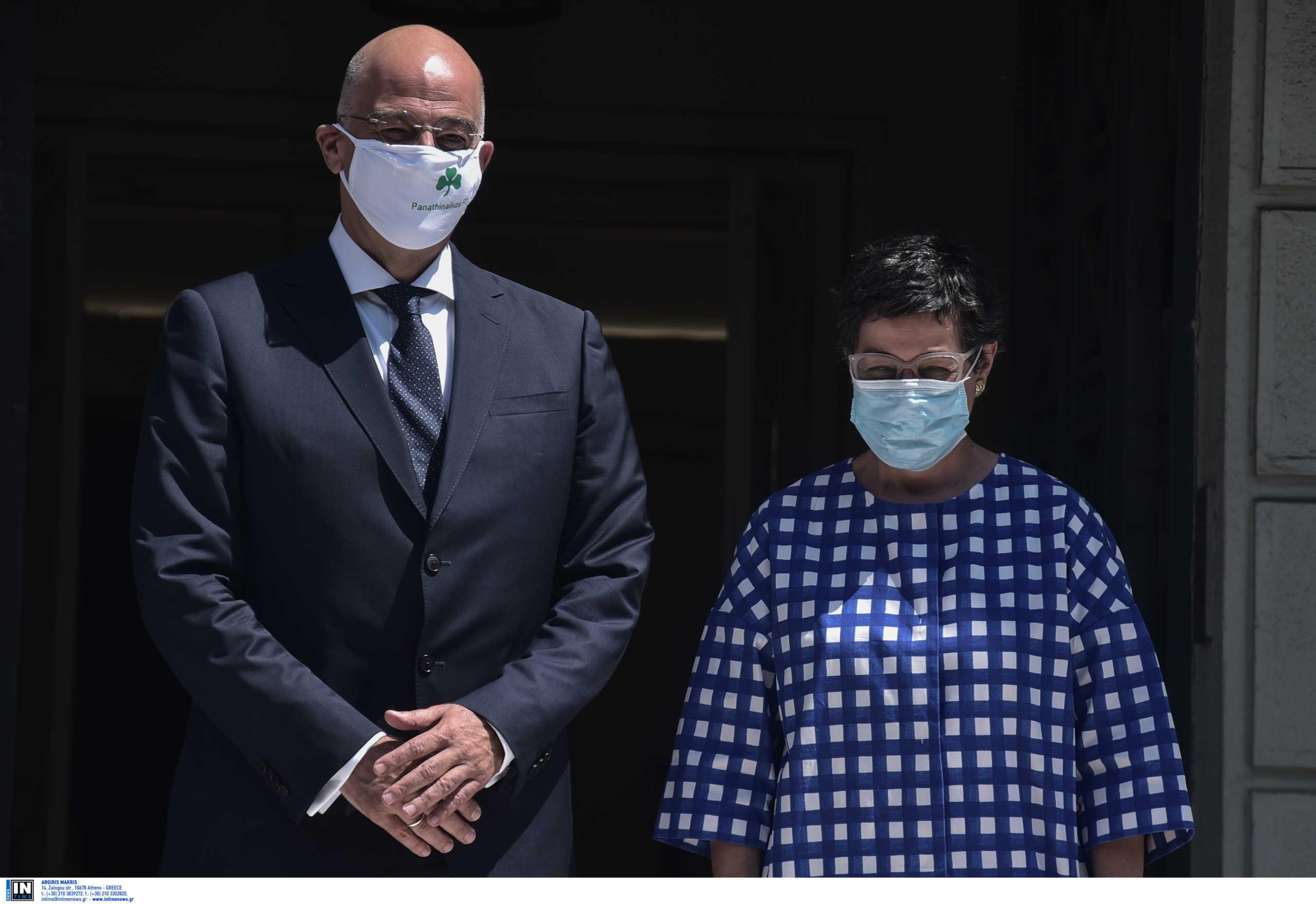 Με μάσκα του Παναθηναϊκού ο Δένδιας στη συνάντηση με την ΥΠ.ΕΞ της Ισπανίας (pics)