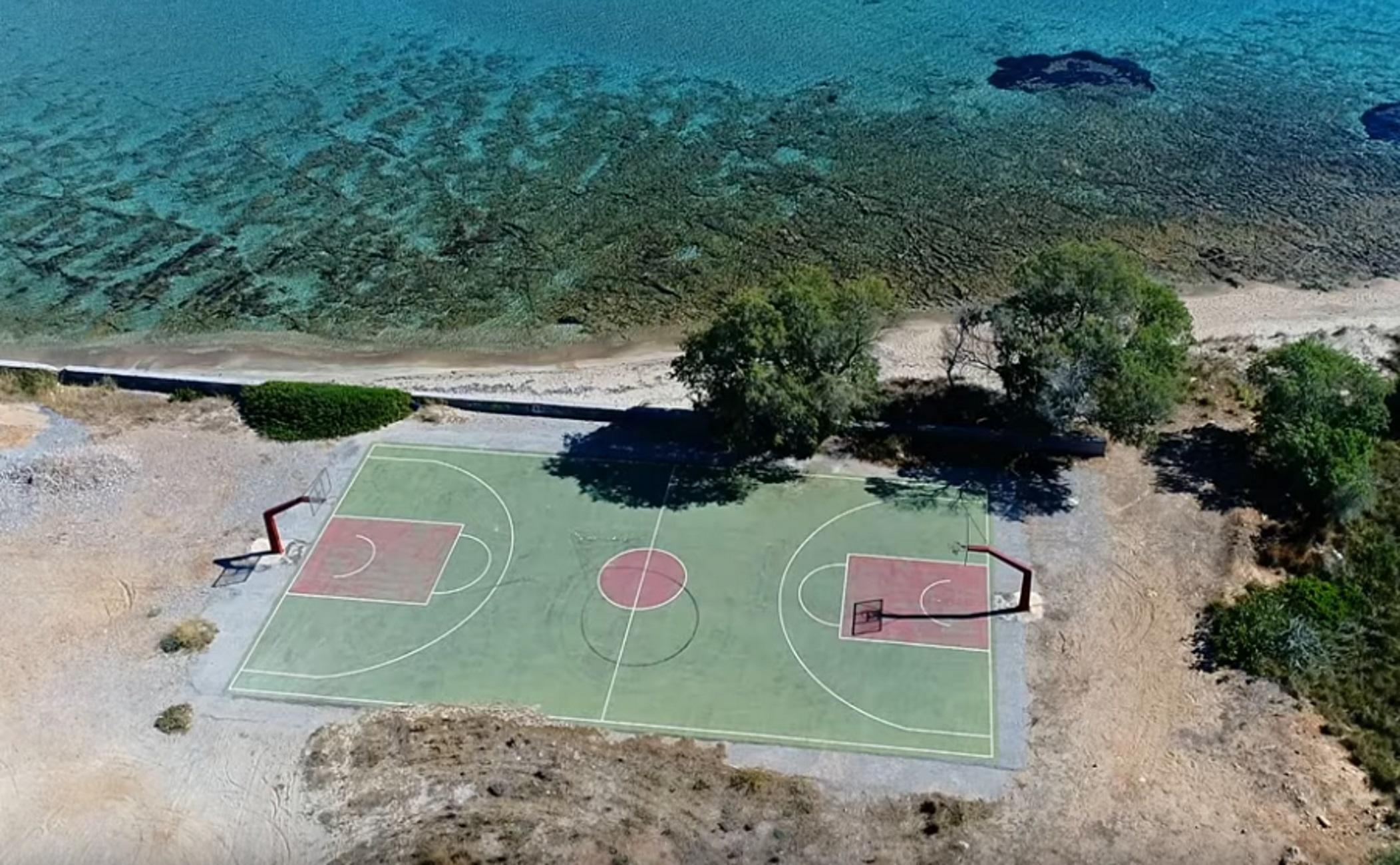 Ελαφόνησος: Αυτό είναι το πιο εξωτικό γήπεδο μπάσκετ της χώρας! Εκπληκτικές εικόνες από drone (Βίντεο)