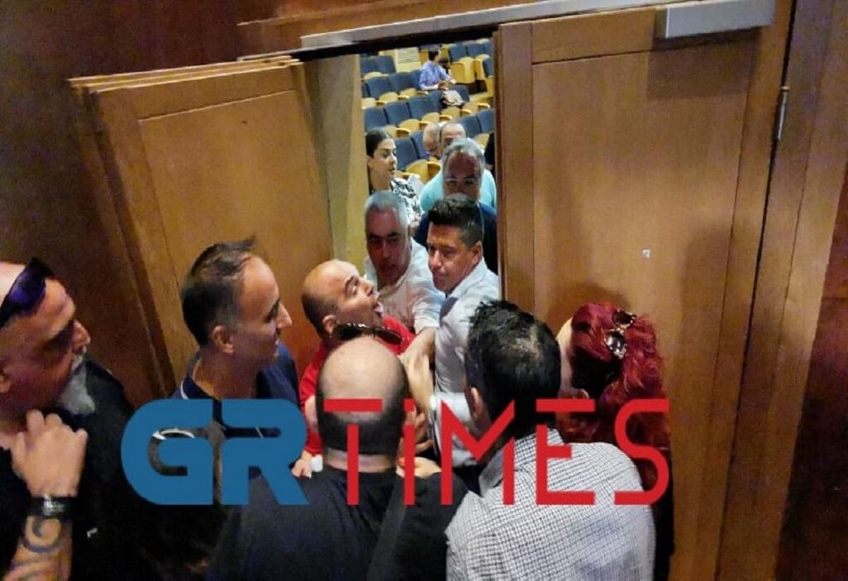 Χαμός στο δημοτικό συμβούλιο Καλαμαριάς! Γονείς προσπάθησαν να μπουν στην αίθουσα (video)