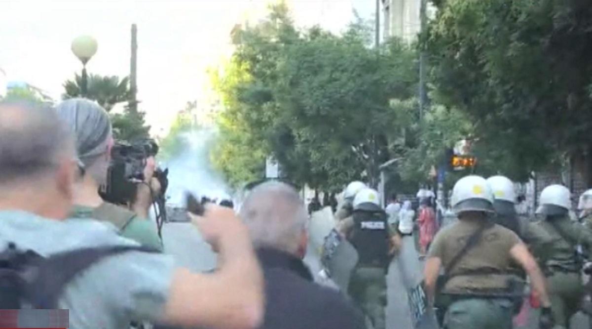 Επεισόδια έξω από την ΑΣΟΕΕ και τρεις συλλήψεις (pic, video)