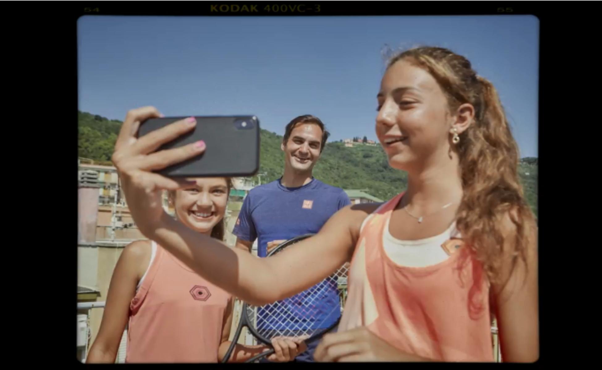 """Ο Φέντερερ έπαιξε τένις από… ταράτσα σε ταράτσα με τις """"viral"""" Ιταλίδες (video)"""