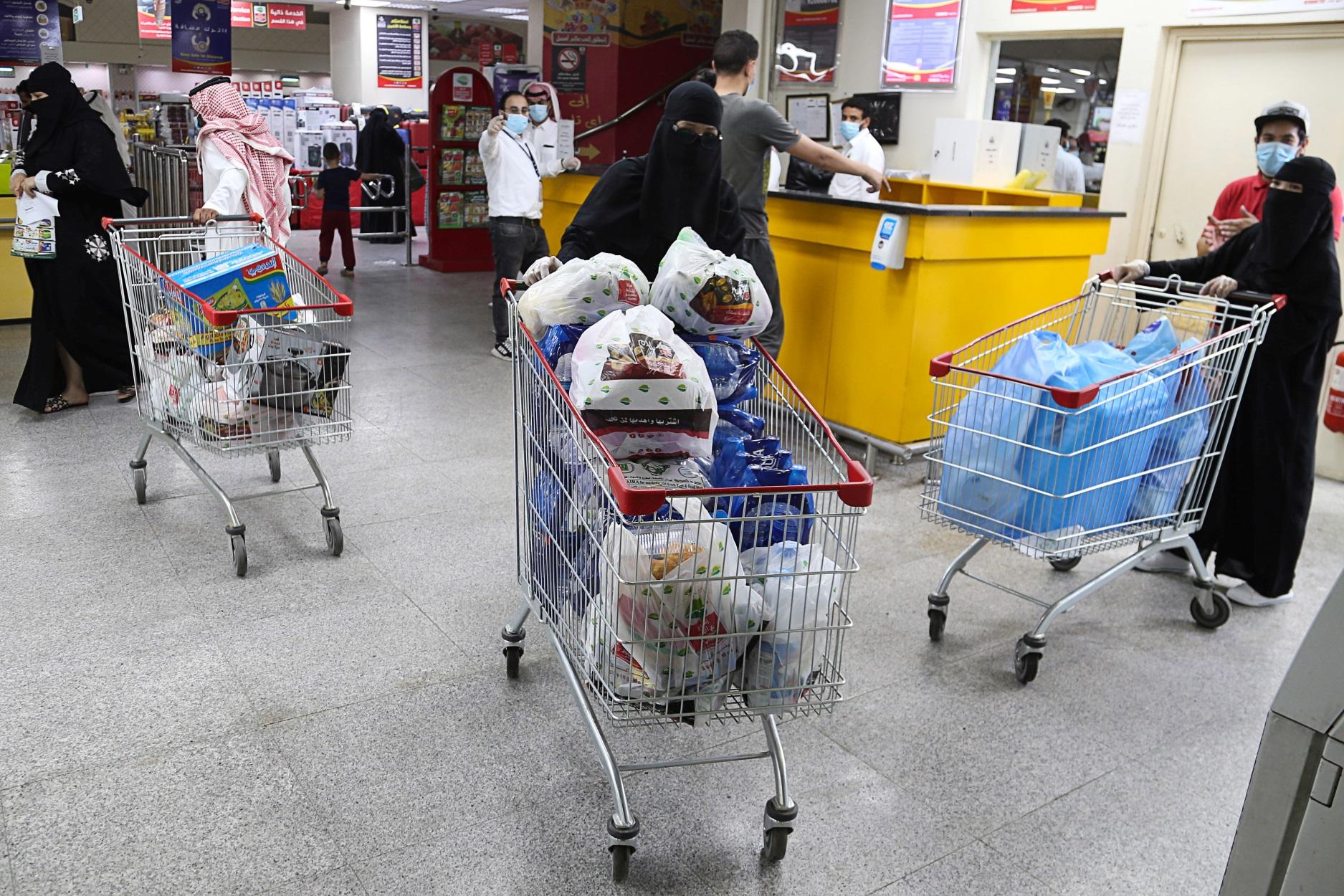 Σαουδική Αραβία: Καταναλωτική  φρενίτιδα πριν τριπλασιαστεί ο ΦΠΑ