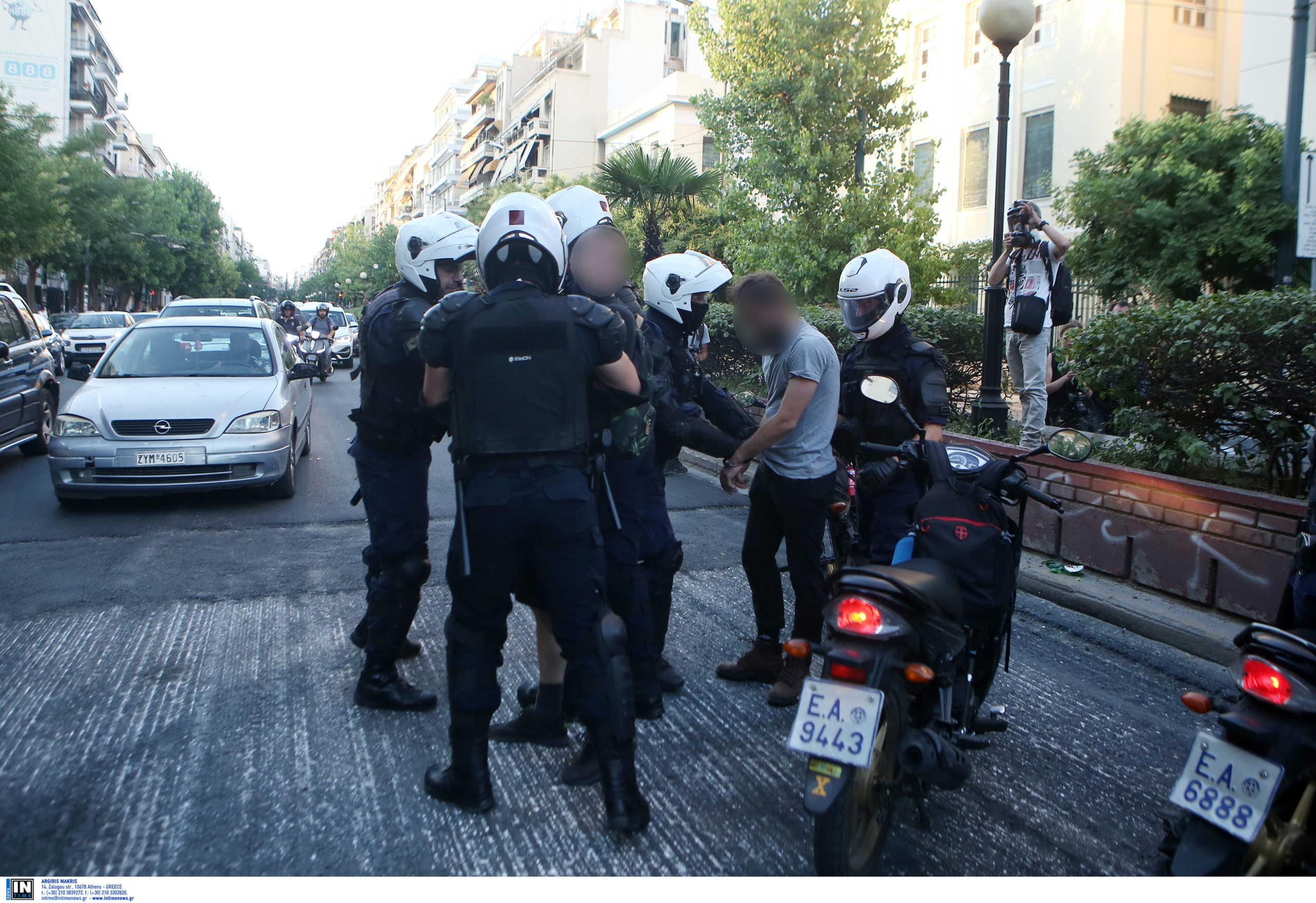 Θύελλα για το βίντεο με τους αστυνομικούς και τα… κοντάρια – Τι υποστηρίζει η ΕΛ.ΑΣ.
