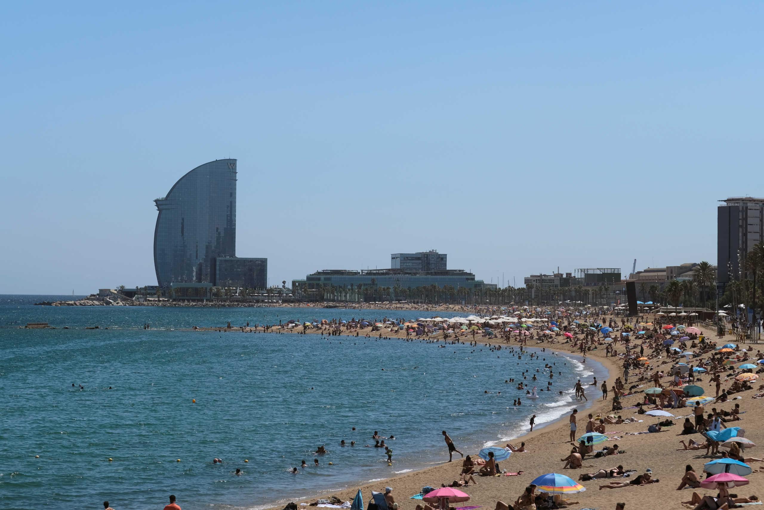"""Βαρκελώνη: Ποιος κορονοϊός; """"Πατείς με πατώ σε"""" στις παραλίες"""