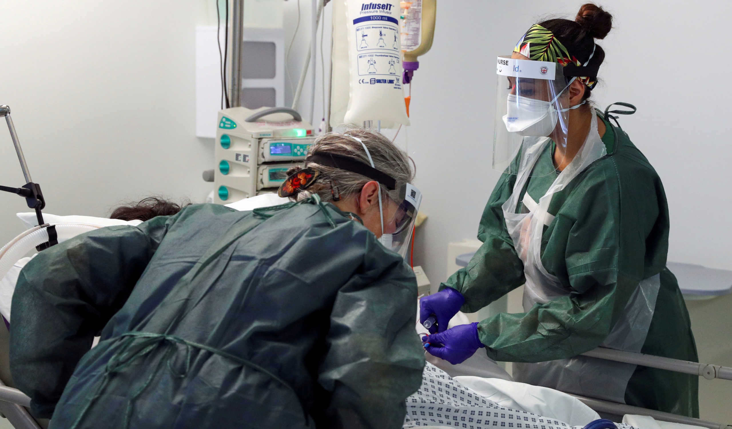 Κορονοϊός: Γεμίζουν επικίνδυνα τα βρετανικά νοσοκομεία – Ψάχνουν λύσεις σε γηροκομεία