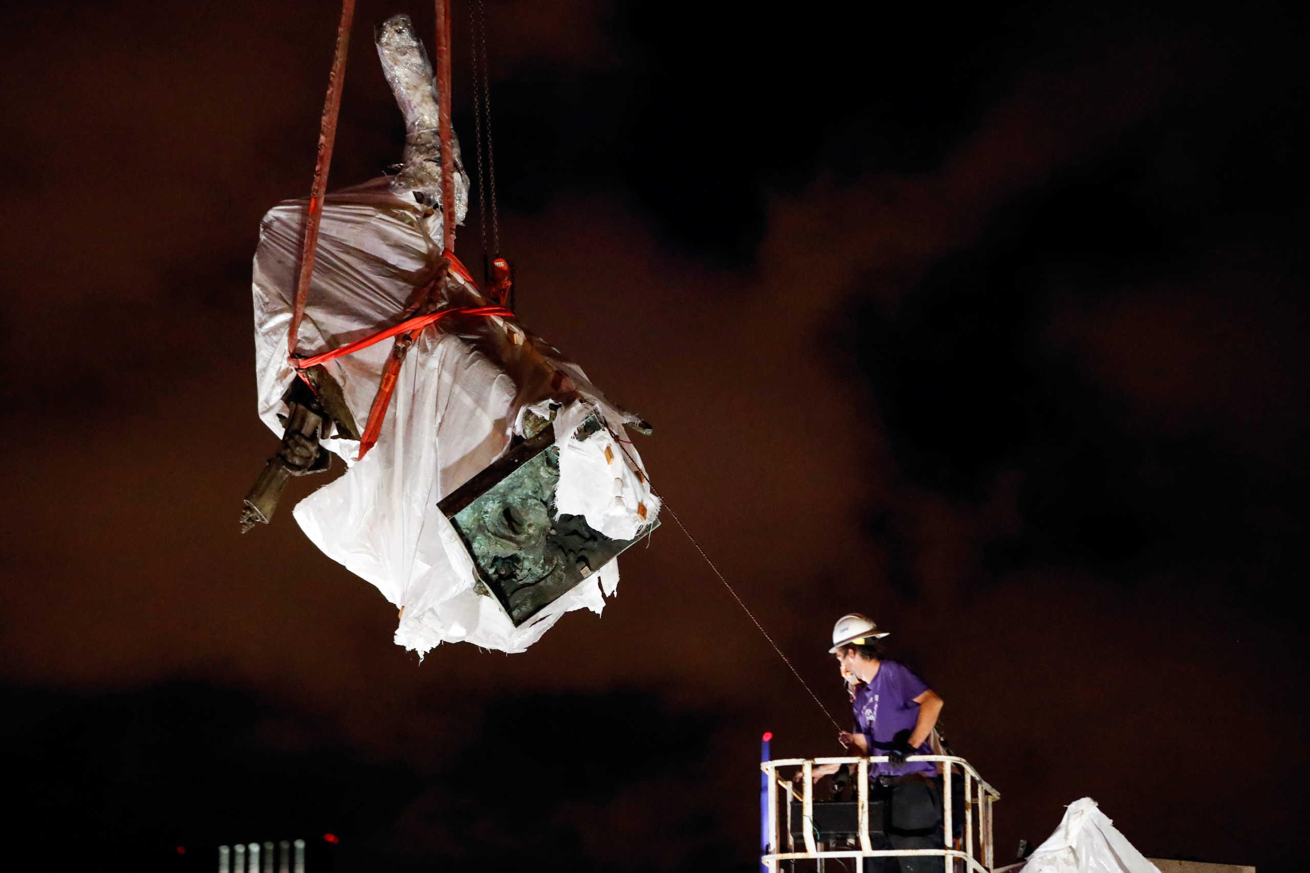 Αποκαθήλωση και για τον Κολόμβο – Απομακρύνθηκαν δυο αγάλματα από το Σικάγο
