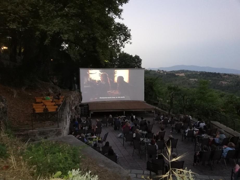 Έδεσσα: Διέλυσαν τον θερινό κινηματογράφο! Πέταξαν τραπέζια και καθίσματα σε γκρεμό