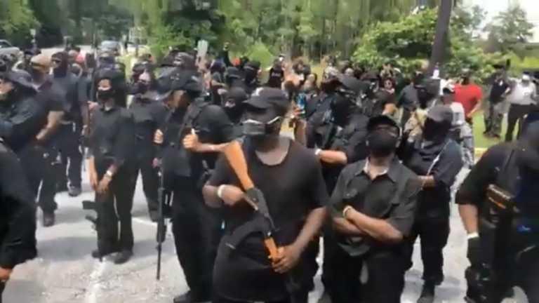Αφροαμερικανοί διαδήλωσαν με τουφέκια και ζώνες πυρομαχικών σε πάρκο της Τζόρτζια (video)