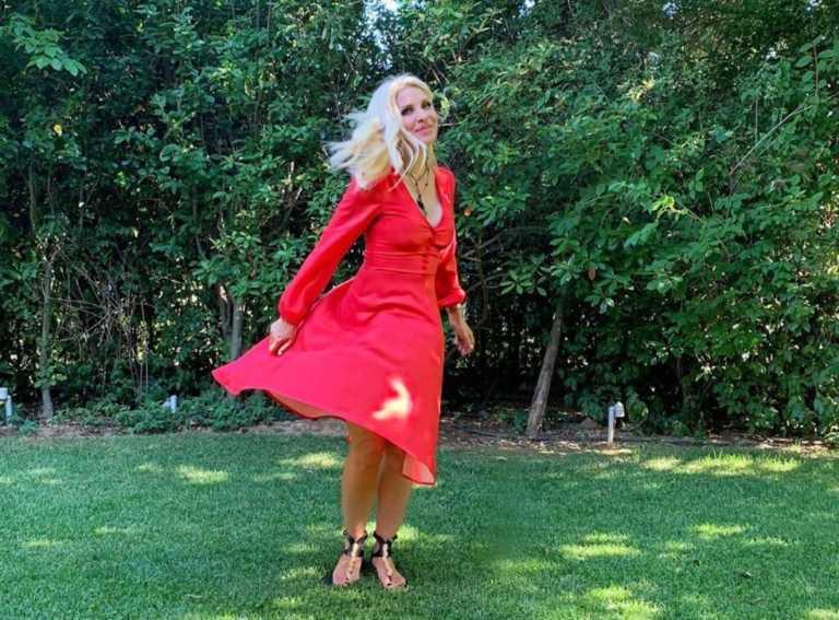 Eλένη Μενεγάκη: Το μεγάλο ευχαριστώ για την «επίθεση» αγάπης! Οι πόζες στον κήπο της! [pics]