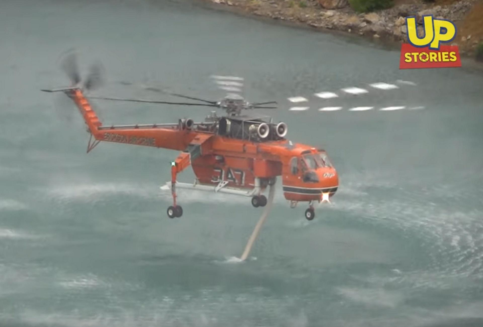 Εύβοια: Αγγίζει το νερό! Η στιγμή που ελικόπτερο Erickson ανεφοδιάζεται σε παλιό λατομείο (Βίντεο)