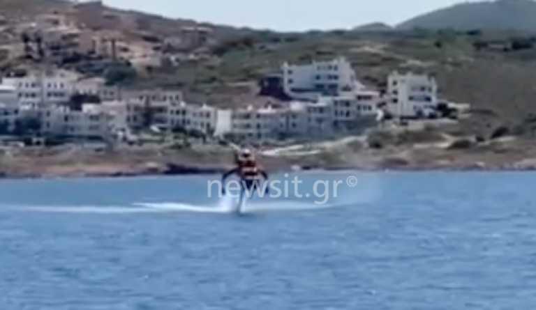 Εντυπωσιακό βίντεο: Η στιγμή που πυροσβεστικό ελικόπτερο κατεβαίνει στην θάλασσα να γεμίσει νερό