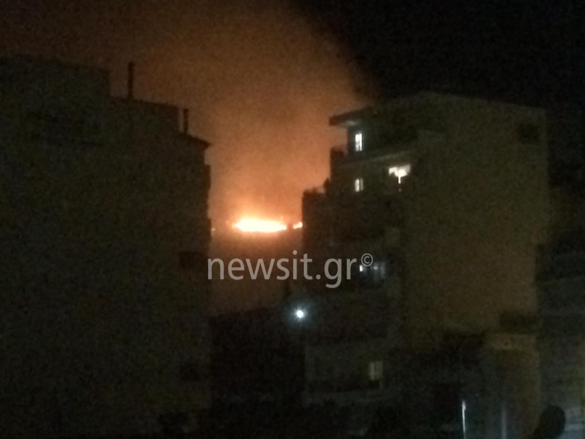Μεγάλη φωτιά στο Πέραμα – Μάχη με τις φλόγες οι πυροσβεστικές δυνάμεις