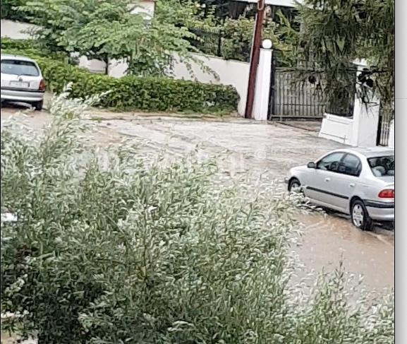 Σφοδρή καταιγίδα στην Αττική – Δρόμοι – ποτάμια στην Γλυφάδα (video)