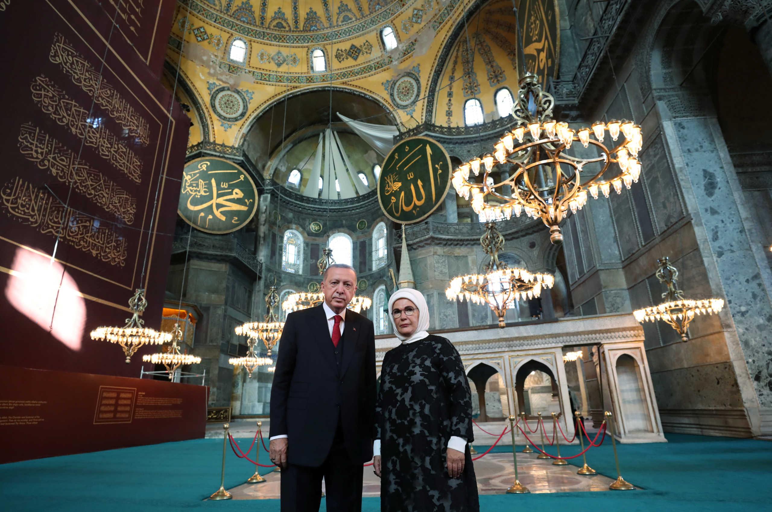 Δίχως τέλος οι προκλήσεις Ερντογάν: Δώρισε στην Αγιά Σοφιά πίνακα με στίχους από το Κοράνι