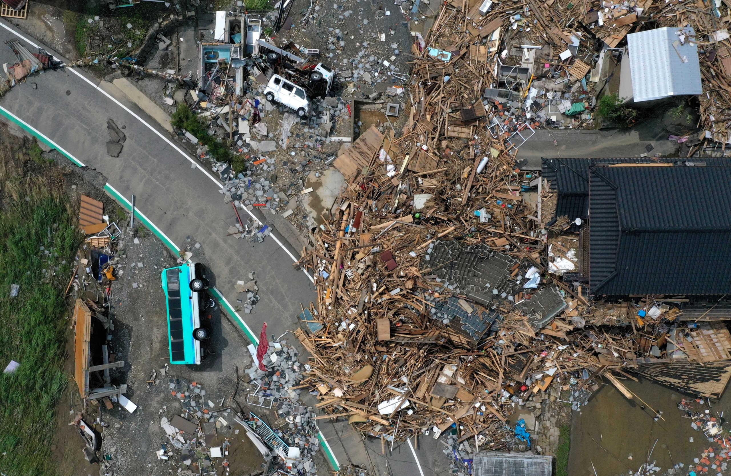 """Ιαπωνία: Βιβλικές καταστροφές από τις πλημμύρες! Σπίτια αποκομμένα, """"εξαφάνιση"""" δρόμων και 58 νεκροί (video)"""