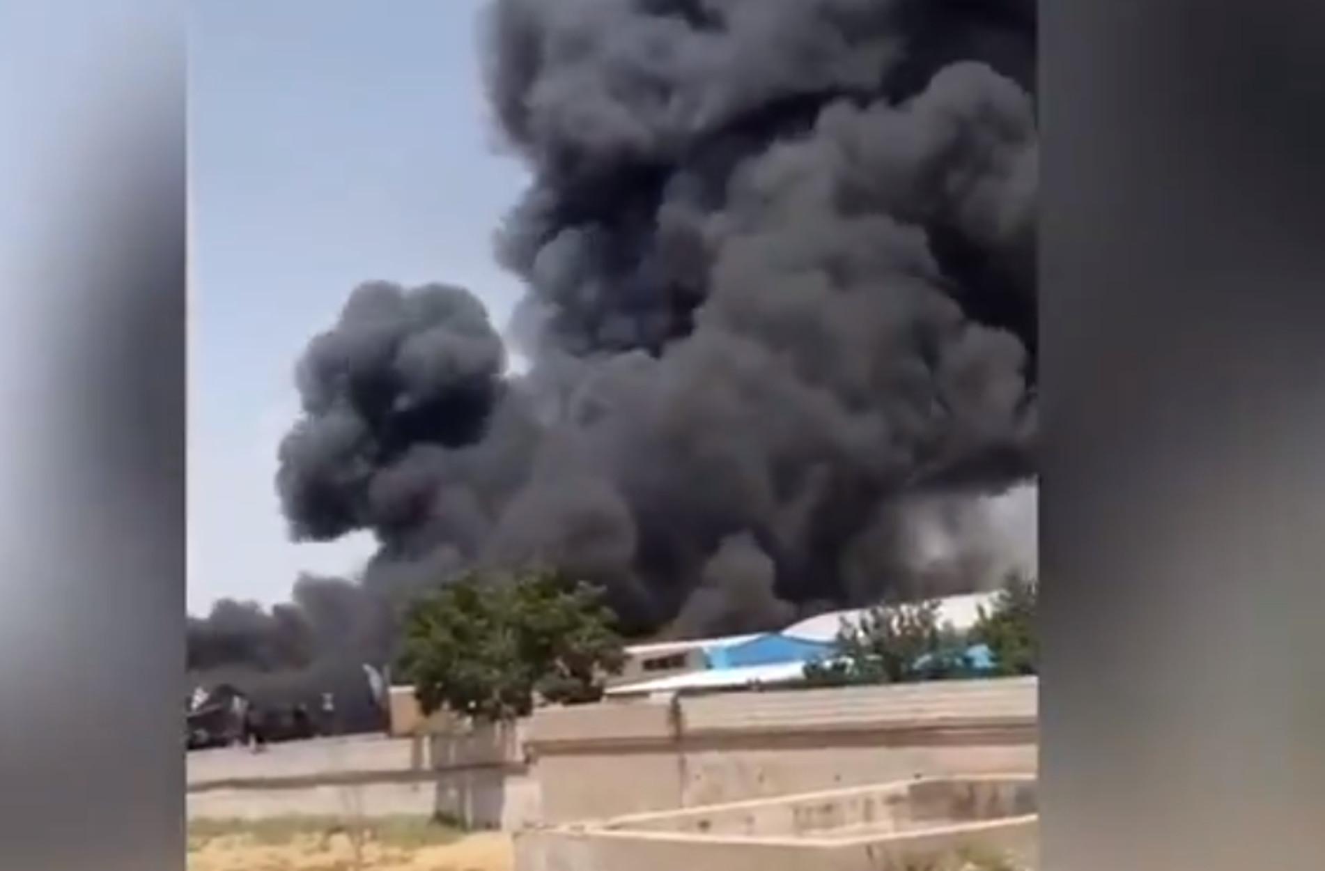Ιράν: Φωτιά σε εργοστάσιο! Πυκνοί μαύροι κανπνοί σκεπάζουν την περιοχή (video)