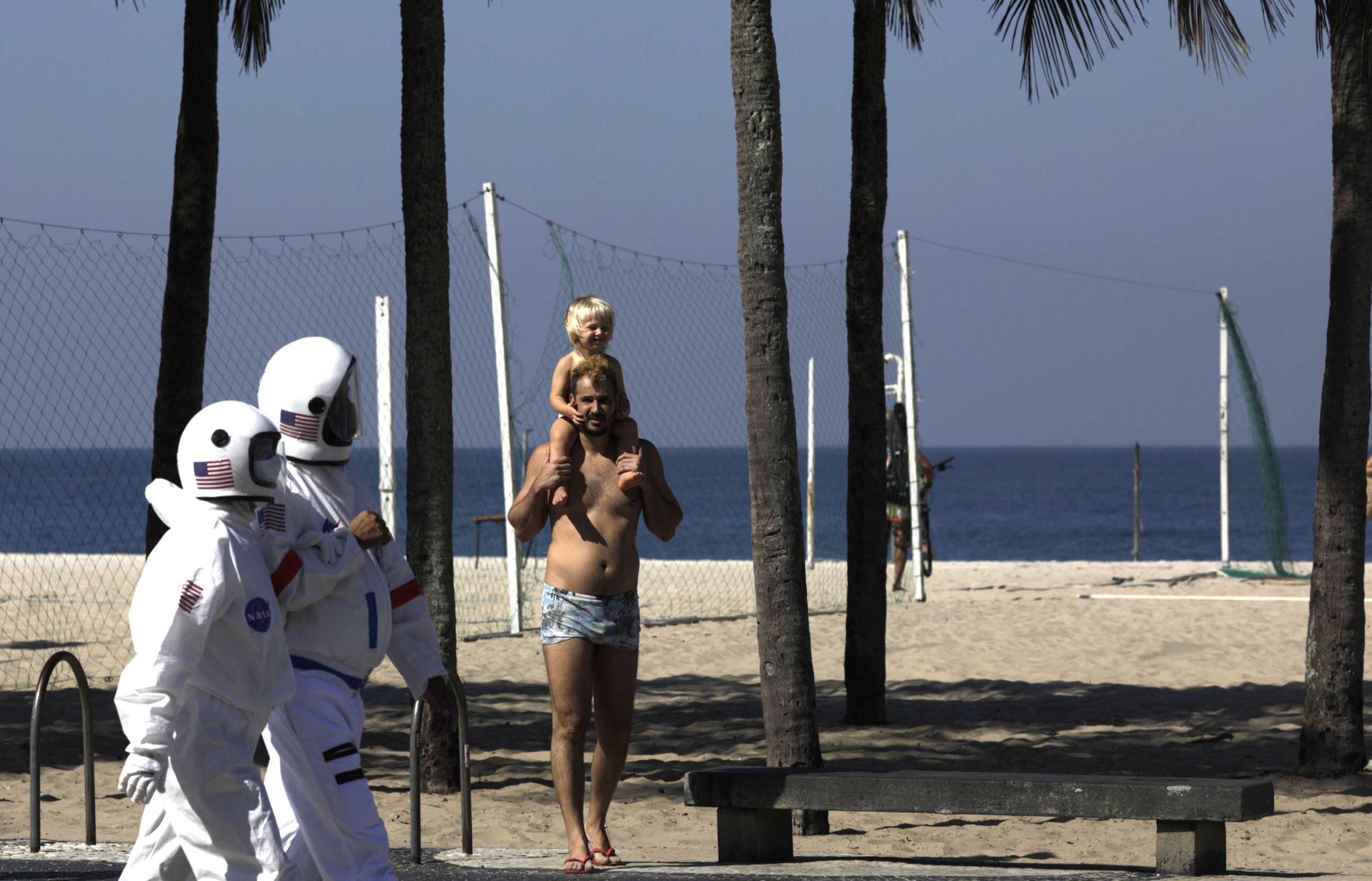 Βραζιλία: Ζευγάρι βόλταρε στην Κόπα Καμπάνα με στολή αστροναυτών για να μην κολλήσει κορονοϊό (pics)