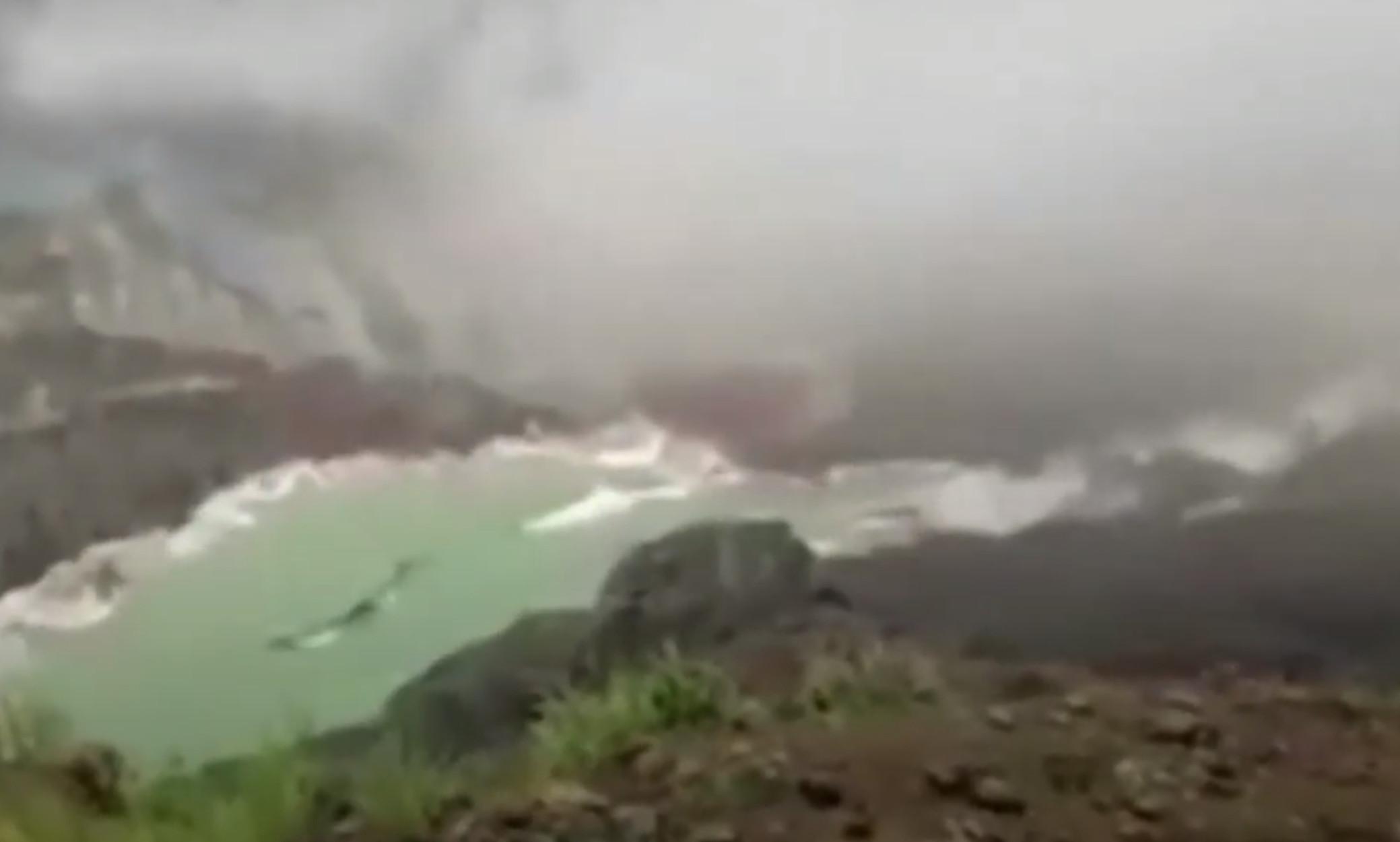 """Μιανμάρ: Βίντεο – σοκ! Η στιγμή που το """"τσουνάμι"""" λάσπης σκεπάζει το ορυχείο και θάβει εκατοντάδες εργάτες"""