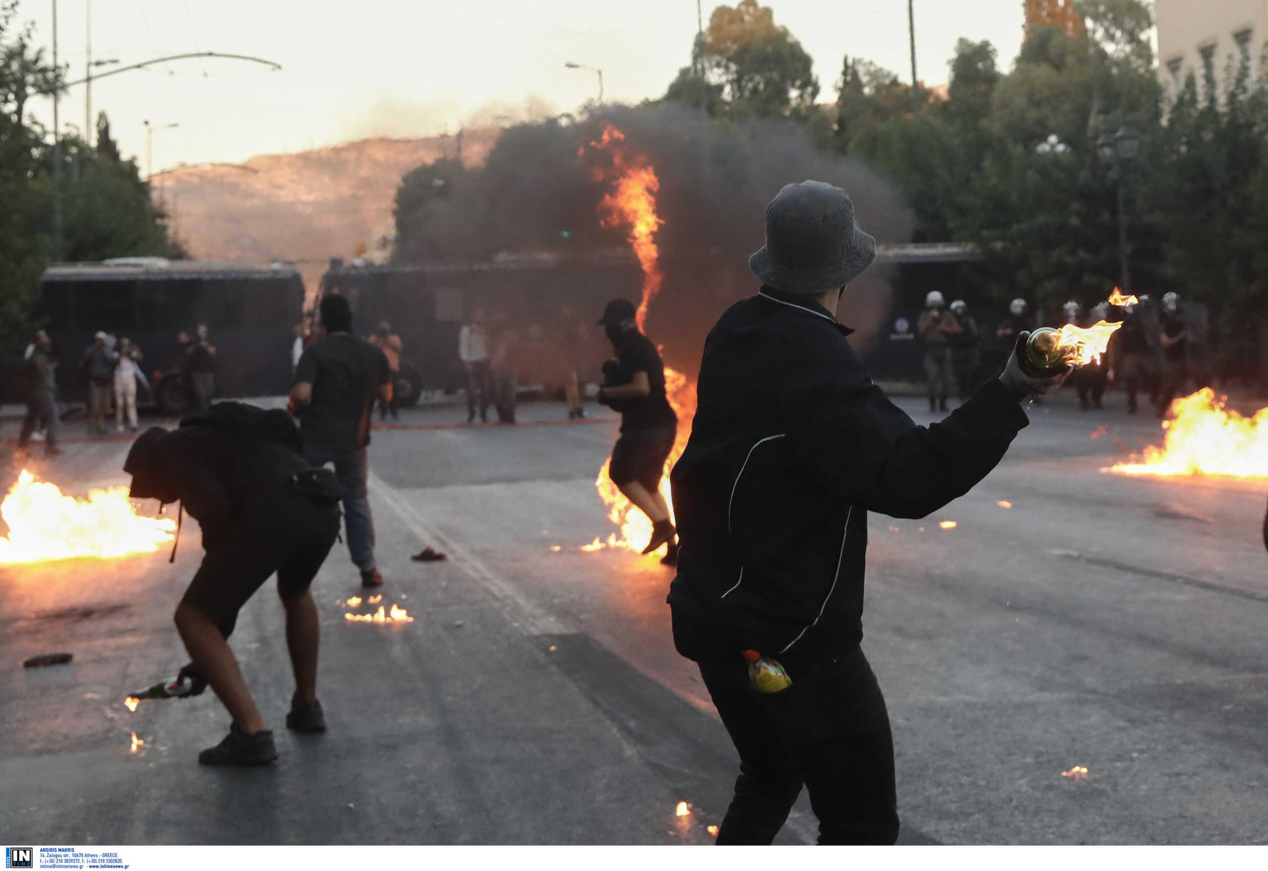 ΕΛ.ΑΣ.: Το χρονολόγιο της βίας – Επί 50 λεπτά δέχονταν επιθέσεις οι αστυνομικοί