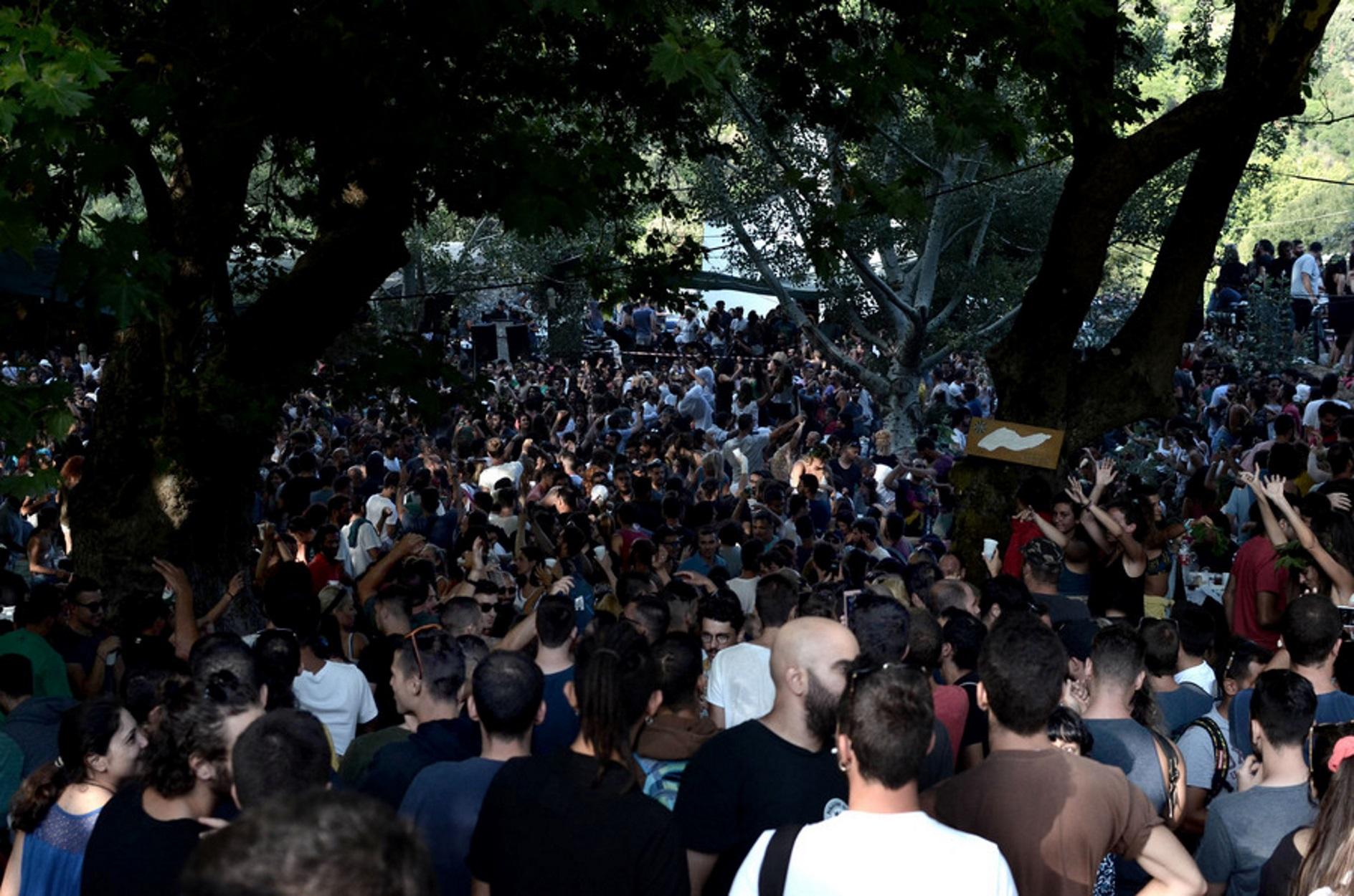 """Πανηγύρια: """"Αποστάσεις ή γλέντια τέλος"""" προειδοποιεί η κυβέρνηση"""