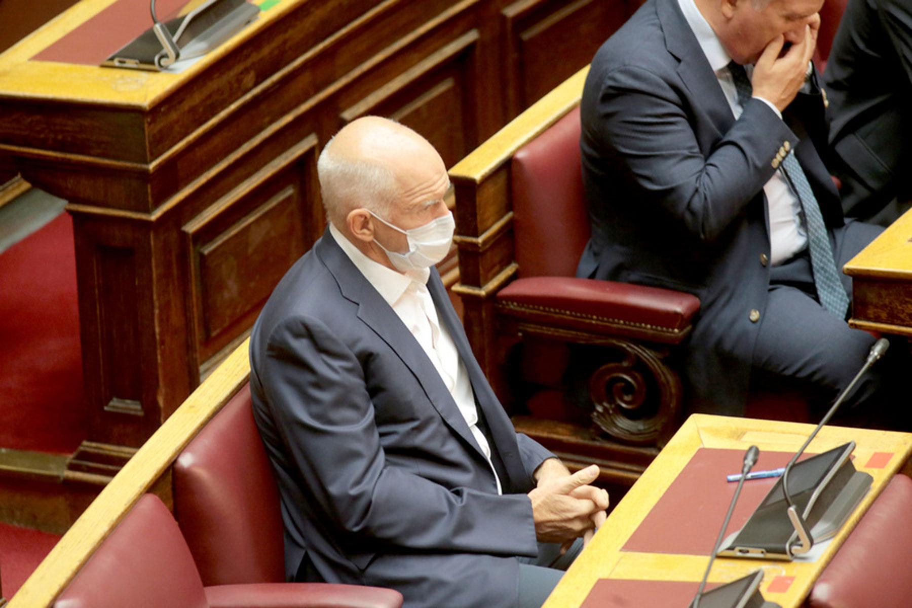 Γιώργος (Παπανδρέου), μόνος και μασκοφόρος στη Βουλή (pics)