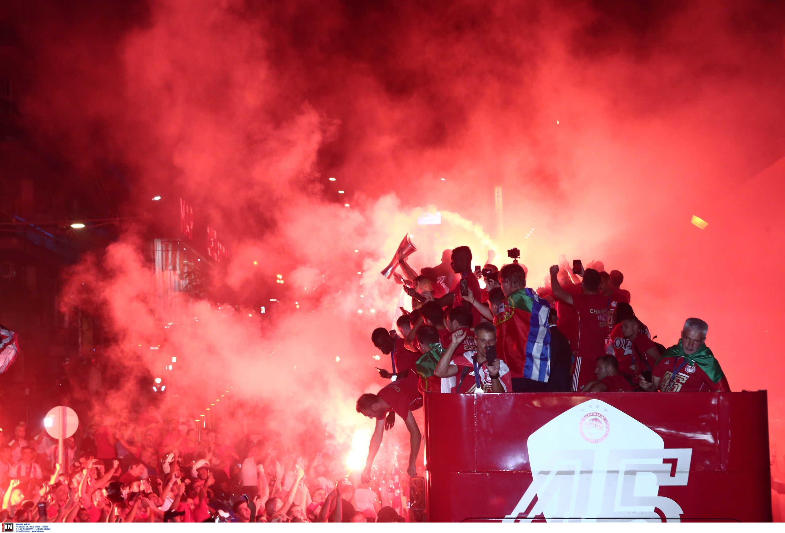 """Ολυμπιακός: """"Ερυθρόλευκο"""" πάρτι για το πρωτάθλημα! Έγινε η… νύχτα μέρα στο Πασαλιμάνι (video)"""