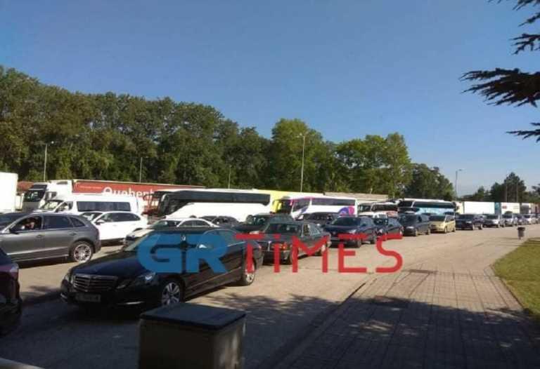 Προμαχώνας: Ατέλειωτες ουρές αυτοκινήτων και επί τόπου τεστ για κορονοϊό (pics, video)