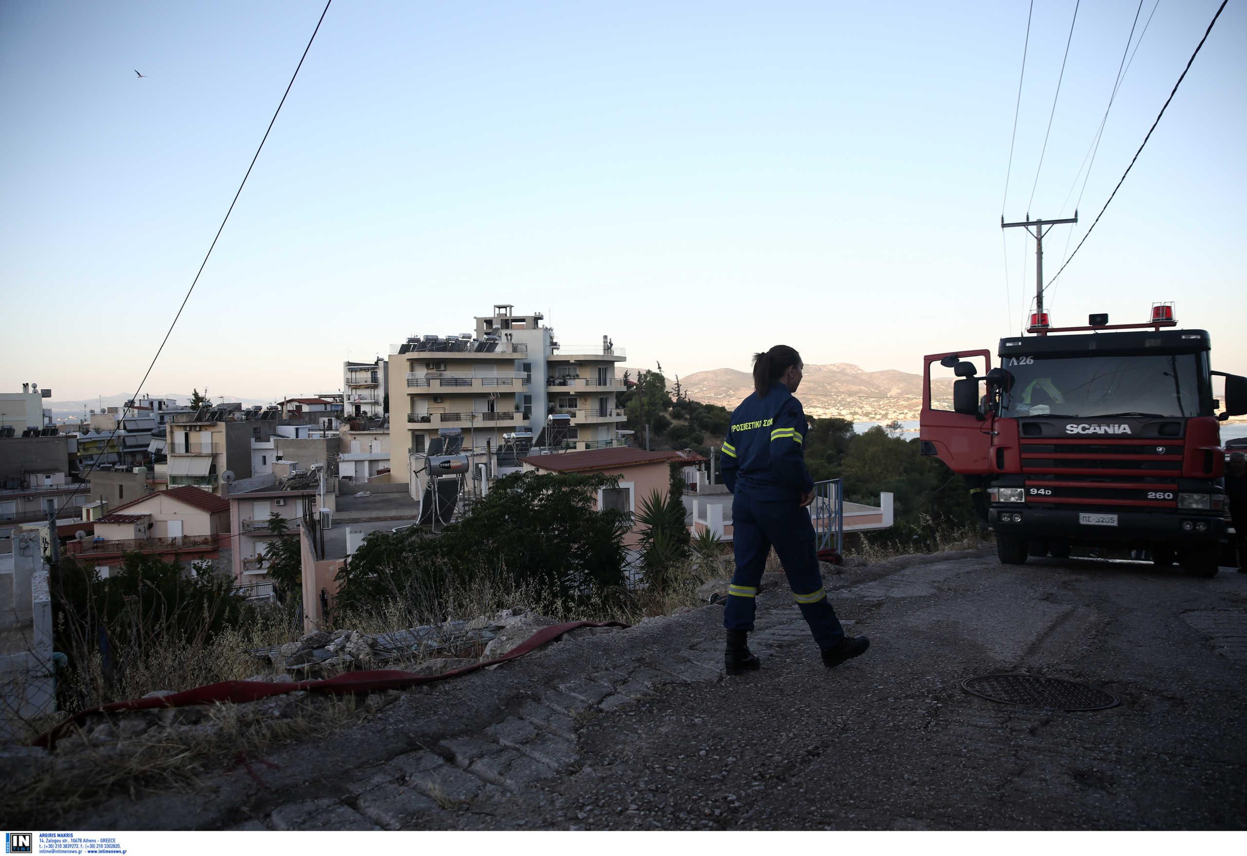 Σύλληψη ενός 20χρονου για εμπρησμό από αμέλεια στο Πέραμα – Οριοθετήθηκε η φωτιά
