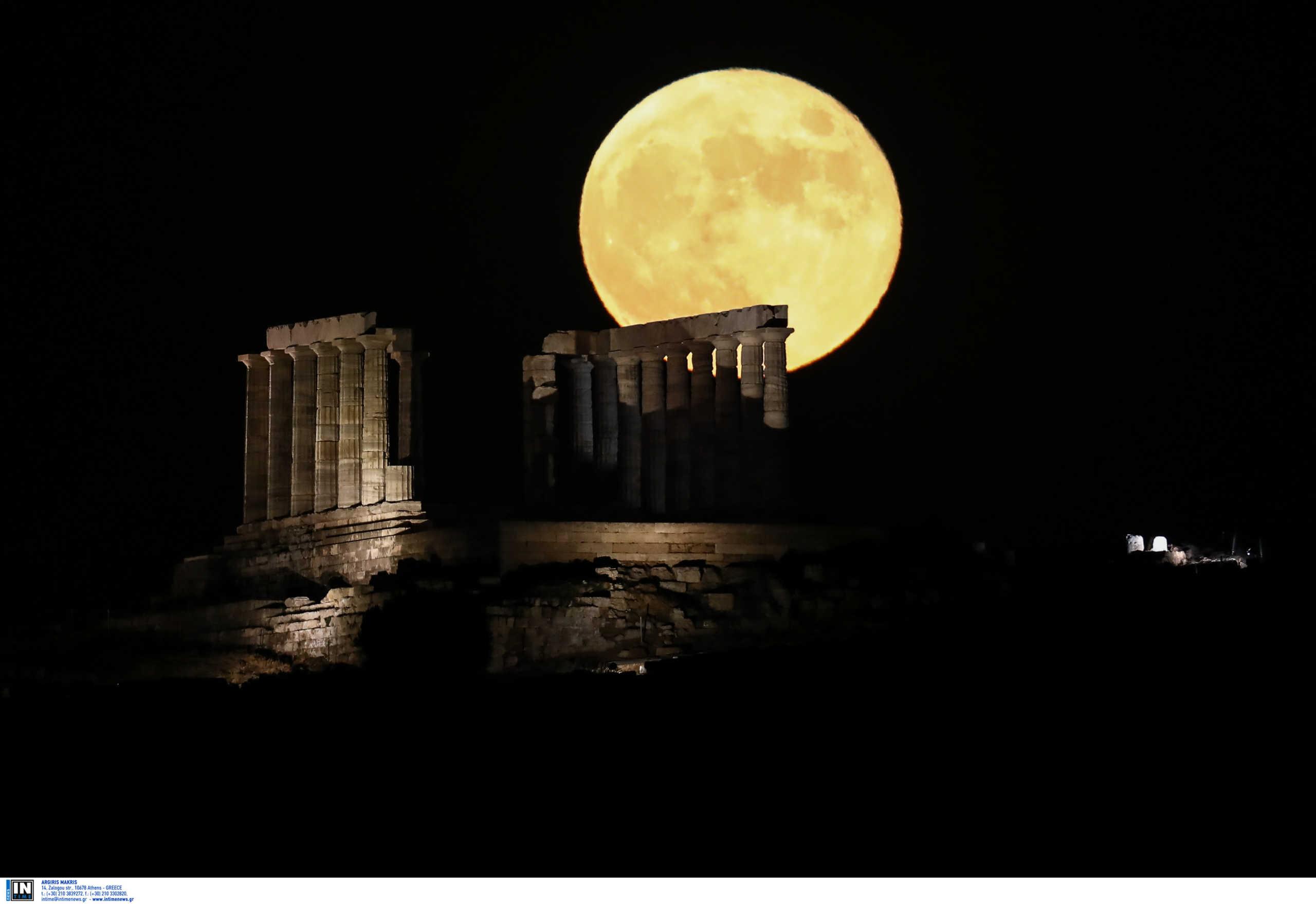 """Μάγεψε το φεγγάρι του """"κόκκινου ελαφιού""""! Εντυπωσιακές εικόνες από το Σούνιο"""