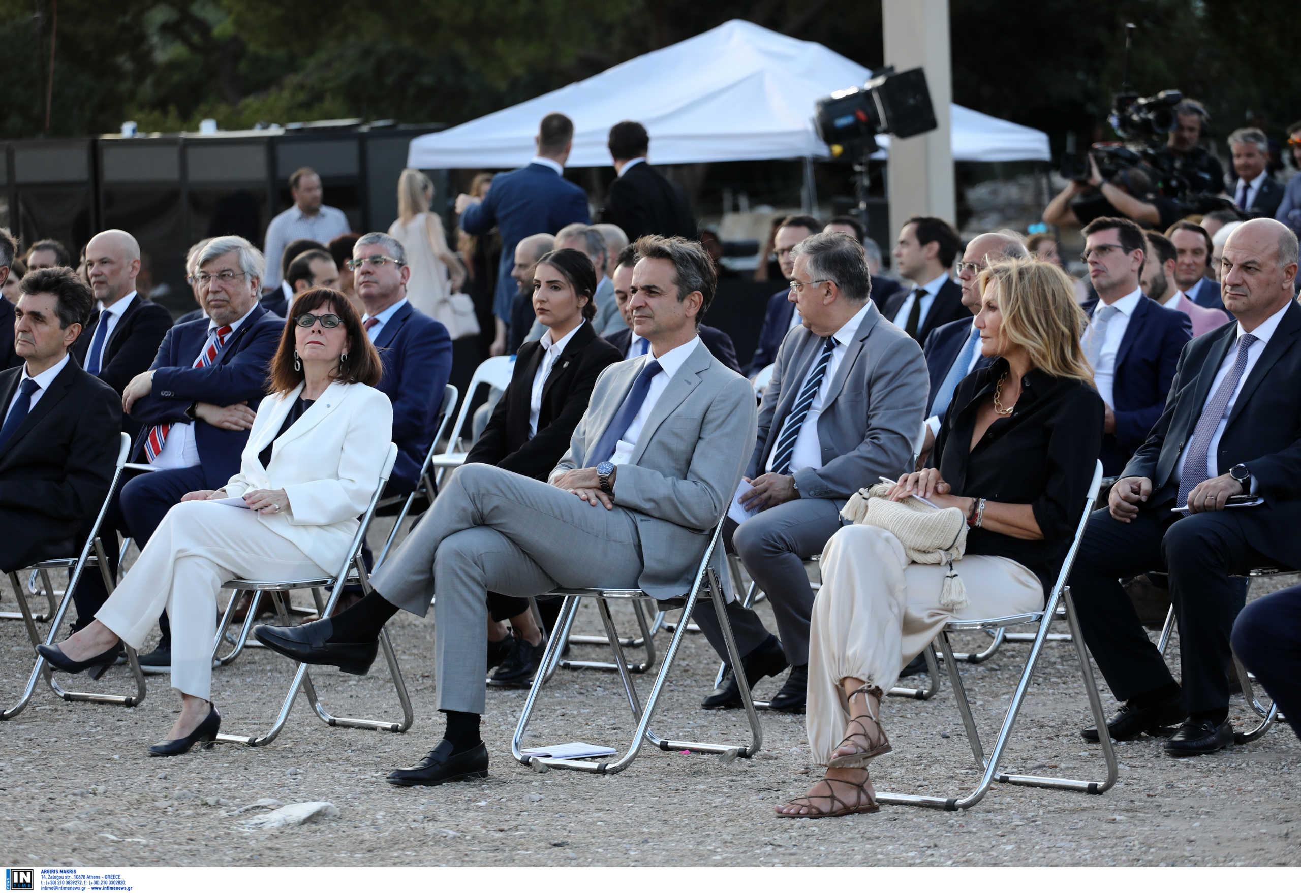 Το ζεύγος Μητσοτάκη, η Πρόεδρος της Δημοκρατίας και οι εμβληματικοί Στύλοι του Ολυμπίου Διός (pics)