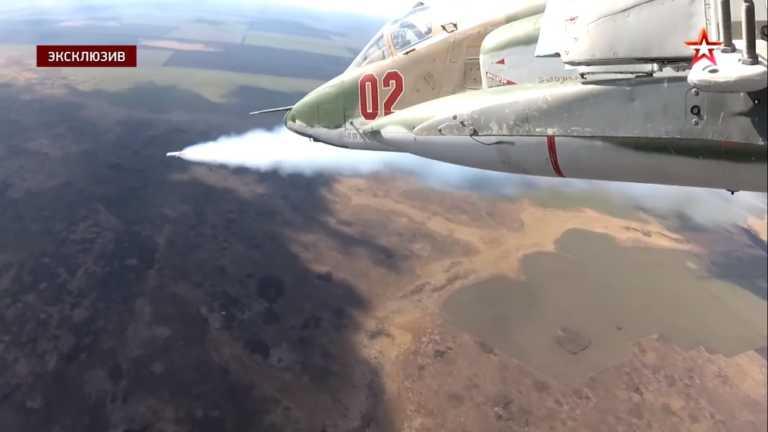 Κατασκοπευτικά αυτοί; Πυραύλους η Ρωσία! Μαχητικά Su-25 ανοίγουν πυρ σε «εχθρικούς» στόχους (vid)