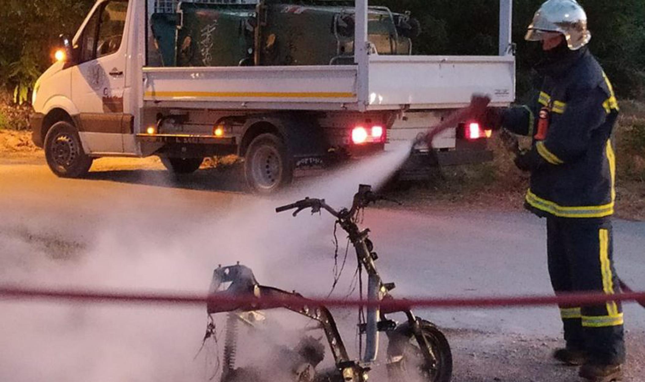 Τρίκαλα: Μηχανάκι έπιασε φωτιά εν κινήσει! (video)