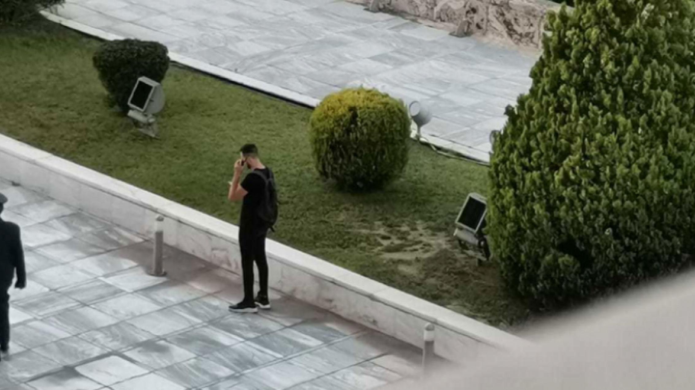"""Ψάχνουν να βρουν ποιος έβγαλε τη φωτογραφία του… """"ασφαλίτη"""" με το γουόκι τόκι"""
