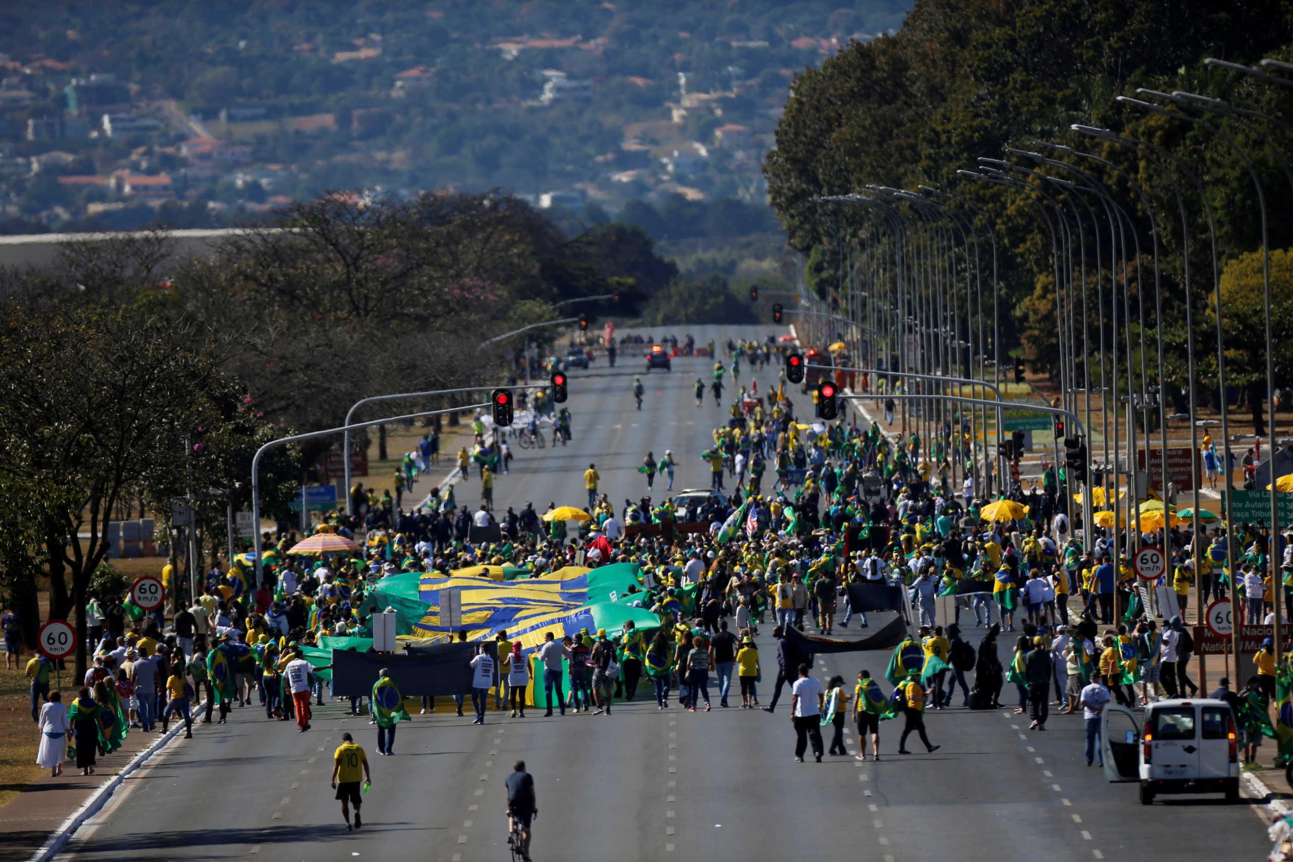 Βραζιλία: Διαδήλωση… υπέρ του Μπολσονάρο που είναι σε καραντίνα (pics)