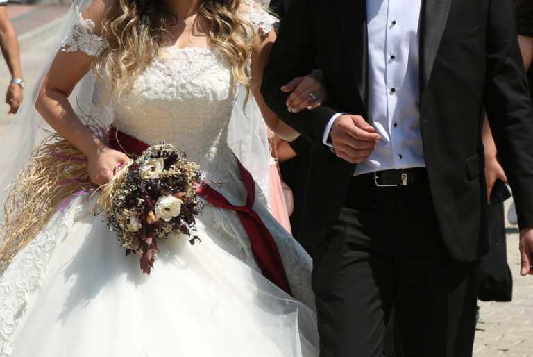 Κορονοϊός: «Άκυρο» σε γάμο με… μόλις 10.000 προσκεκλημένους!