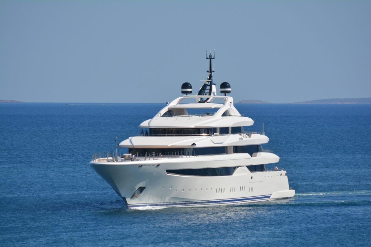 Εντυπωσιάζει το ελληνικής κατασκευής mega yacht στη Μαρίνα Ζέας (video)