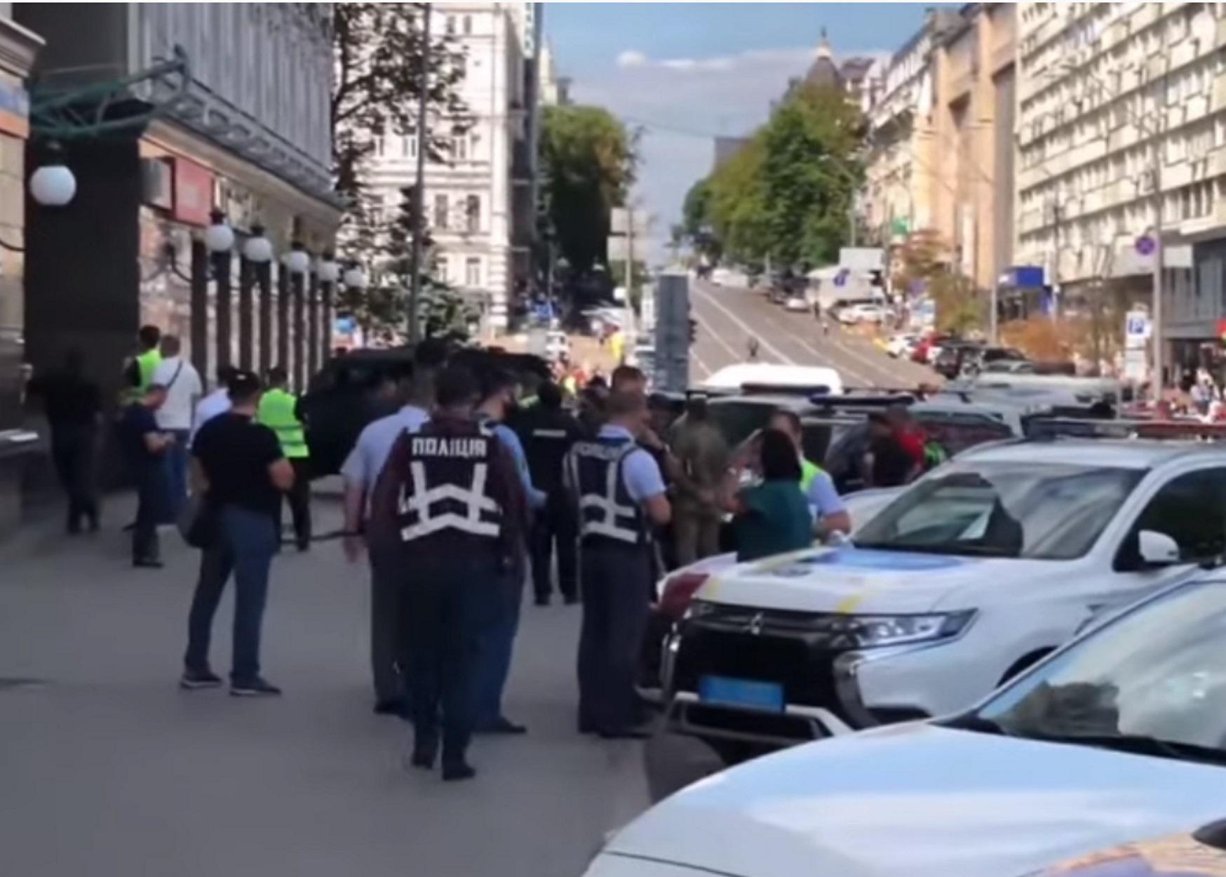 Κίεβο: Εξουδετερώθηκε ο άνδρας που απειλούσε να ανατινάξει τράπεζα (pics, video)