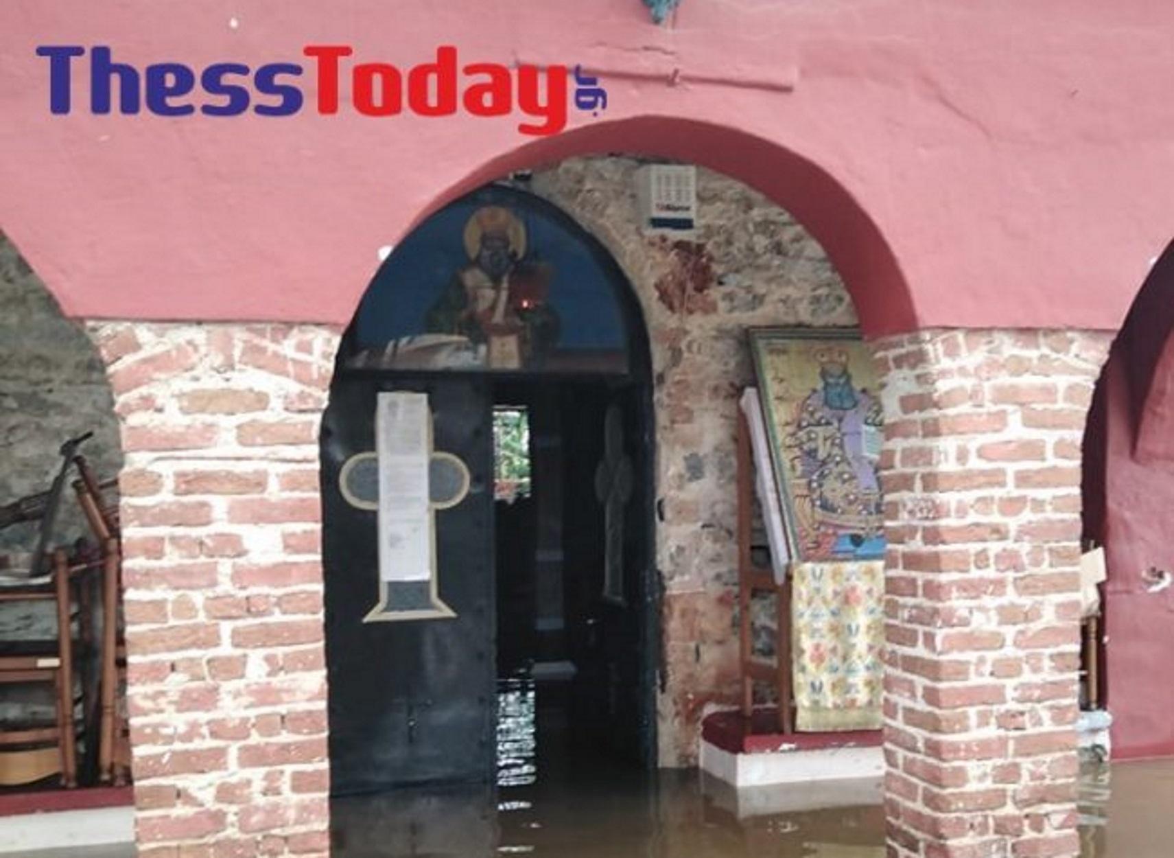 Λαγκαδάς: Μόνο οι εικόνες του Αγίου Αθανασίου σώθηκαν από τις πλημμύρες (pics, video)