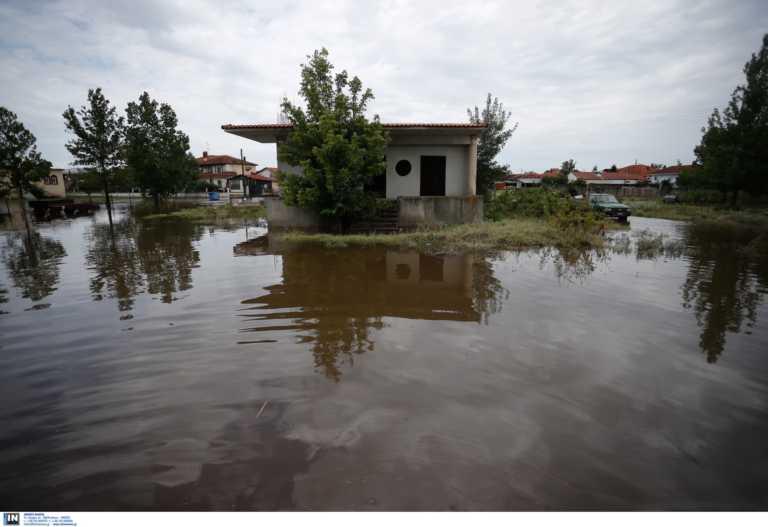 Καιρός – Κοζάνη: Με μπουλντόζες απομακρύνουν τα μπάζα απ' τις πλημμύρες