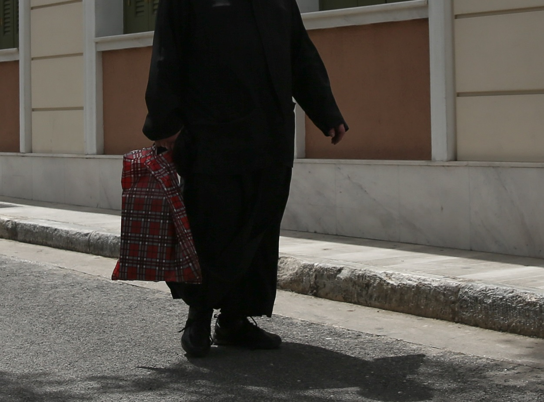 Σε… άδεια έστειλε ο Μητροπολίτης τον παπά που απαγορεύει τις μάσκες στην εκκλησία