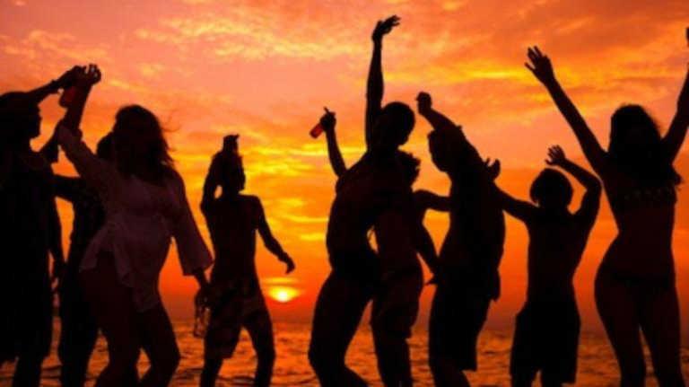 Ρεκόρ κρουσμάτων αλλά στο Ηράκλειο... έκαναν beach party! Πρόστιμα και συλλήψεις