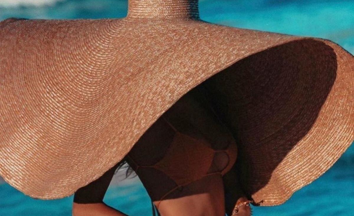 Ποια καυτή κοπέλα κρύφτηκε στη Μύκονο κάτω από αυτό το καπέλο – ομπρέλα;