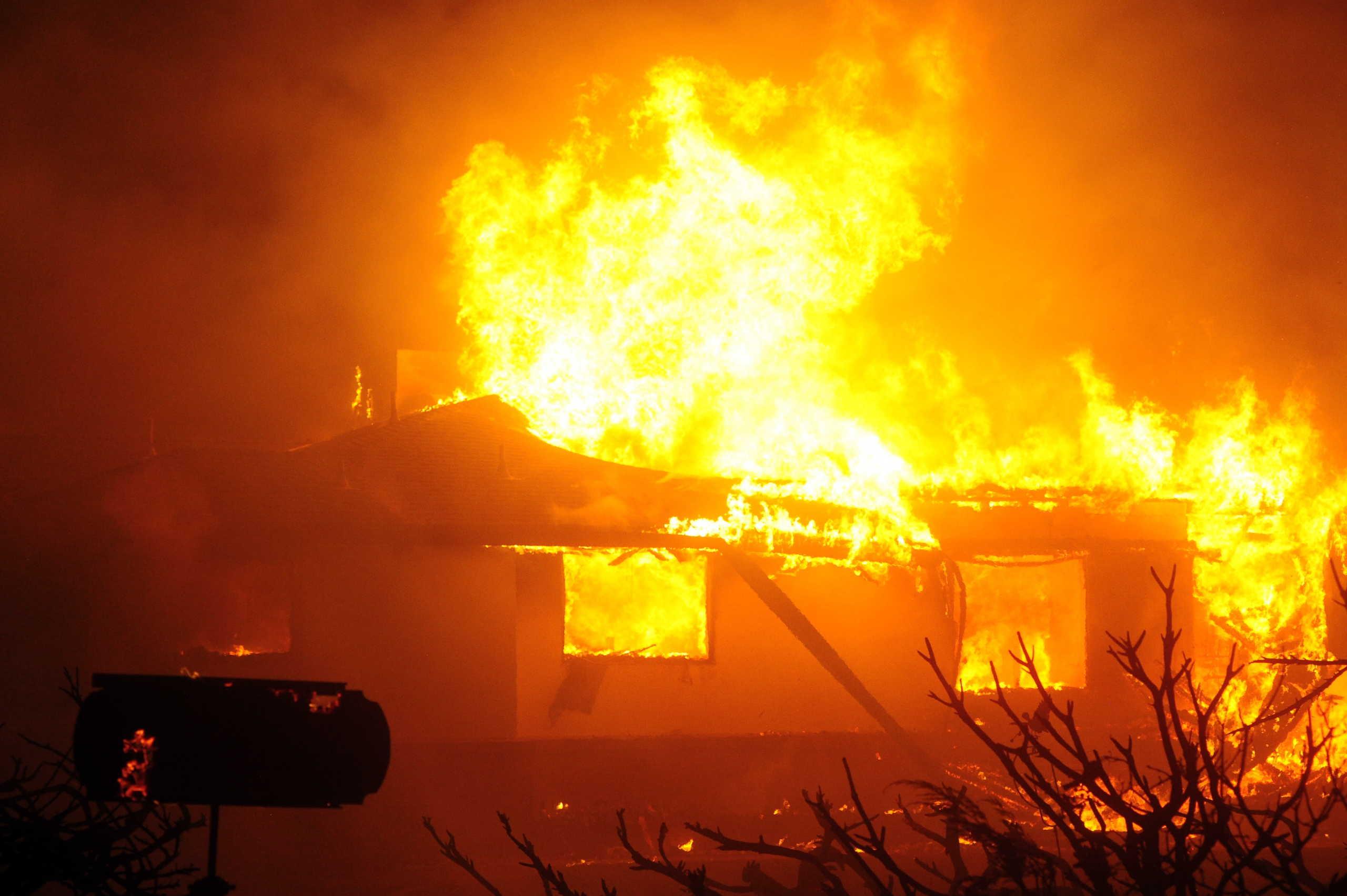 Πύρινη κόλαση στην Καλιφόρνια: Φωτιές, καύσωνας και χιλιάδες σπίτια χωρίς ηλεκτρικό ρεύμα (pics)