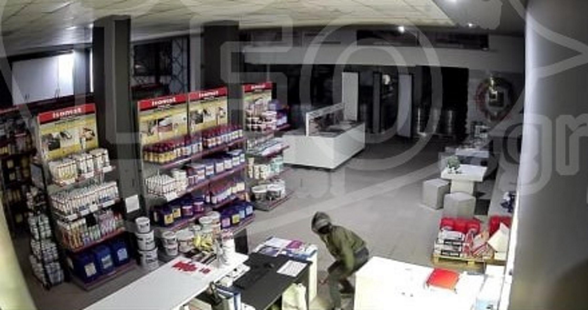 """Θεσσαλονίκη: Οι κάμερες ασφαλείας """"έπιασαν"""" τον διαρρήκτη του καταστήματος! Δεύτερο χτύπημα σε 20 μέρες (Φωτό)"""