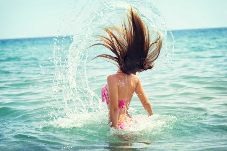 Τι κάνει το θαλασσινό νερό στην επιδερμίδα και τα μαλλιά