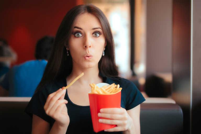 6 λύσεις για να σου κοπεί εκείνη τη στιγμή η πείνα για πρόχειρο φαγητό και γλυκά