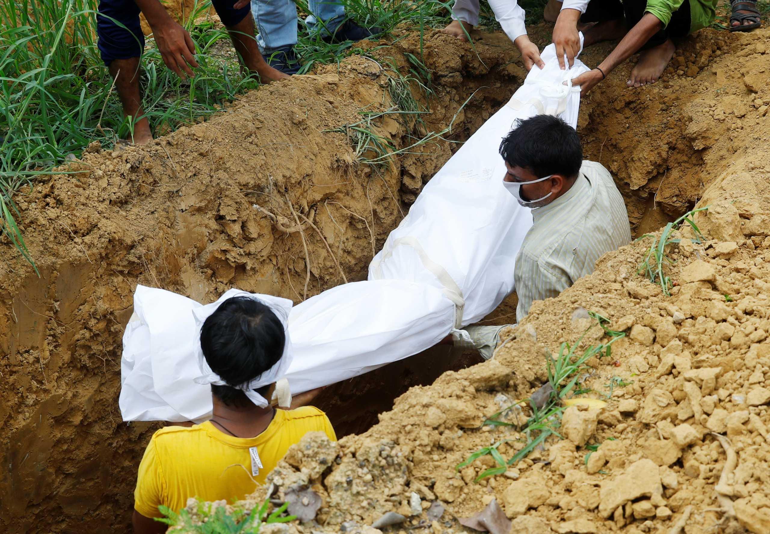 Ο κορονοϊός «σφυροκοπά» την Ινδία: Νέο παγκόσμιο ρεκόρ με 332.730 κρούσματα