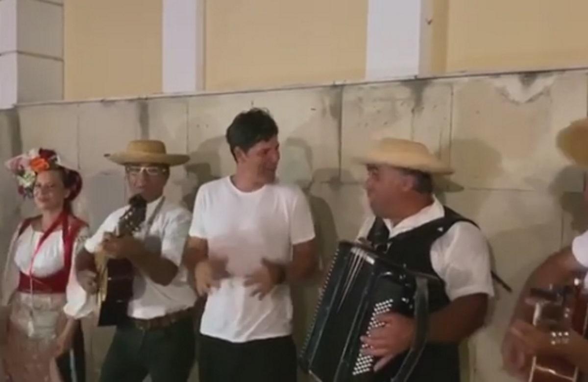 """Ο Σάκης Ρουβάς τραγουδάει """"Κέρκυρα, Κέρκυρα με το Ποντικονήσι"""" μαζί με τους τροβαδούρους (video)"""
