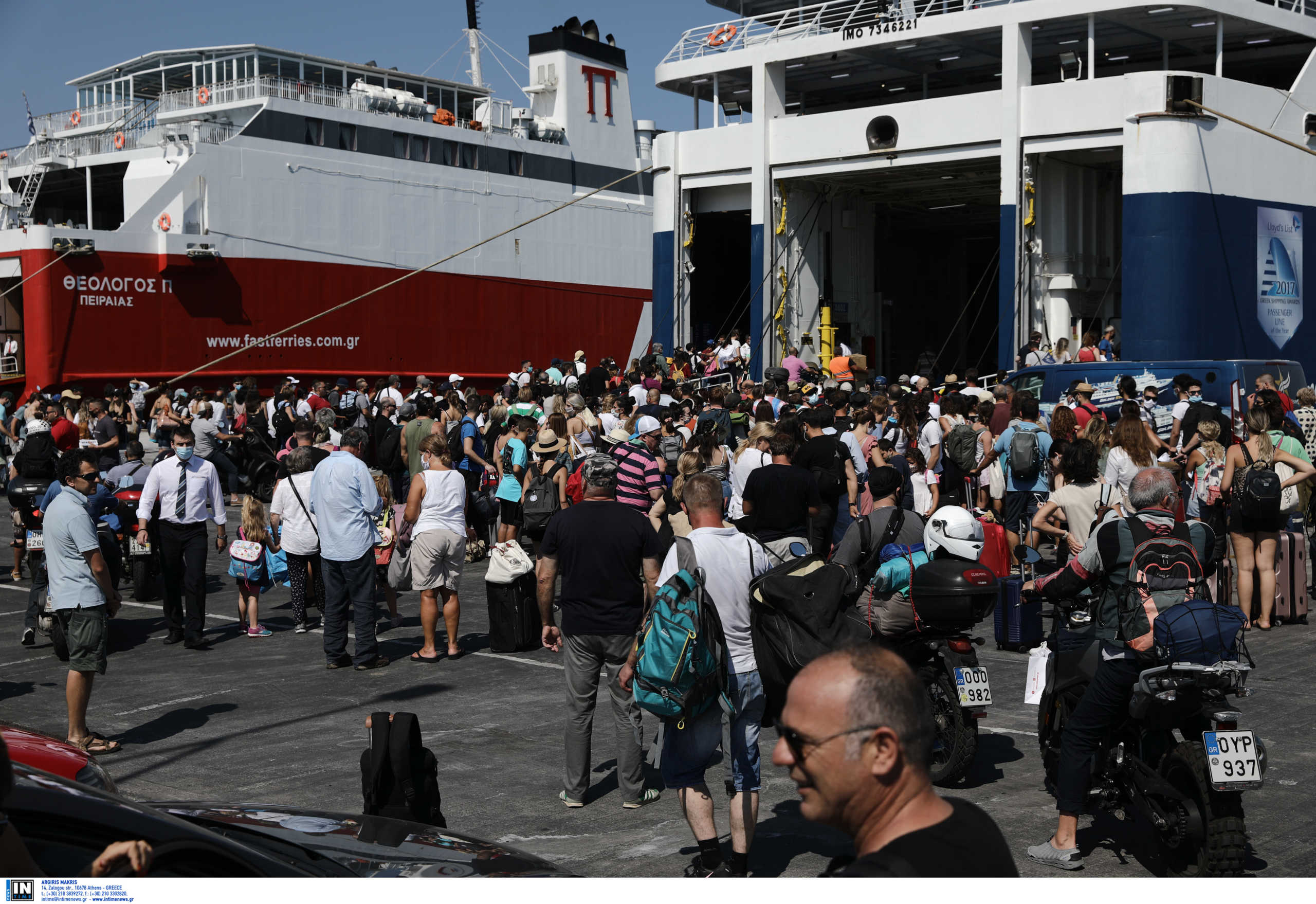 Όπου φύγει φύγει – Αυξημένη η κίνηση στο λιμάνι του Πειραιά