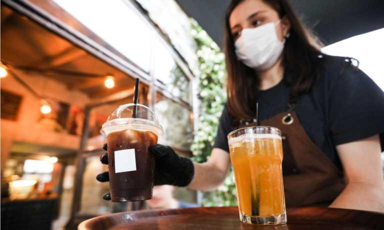 Κορονοϊός: Πρακτικές συμβουλές για να μην κολλήσεις σε μπαρ, ταβέρνα, ή καφετέρια
